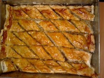 Baklava con frutos secos y miel      Ingredientes para 4 personas:    75 gramos de nueces peladas  50 gramos de cacahuetes pelados  50 gramos de almendras peladas  50 gramos de pistachos pelados  25 gramos de coco rallado  100 gramos de miel  mantequilla fundida  canela  3 hojas de pasta filo