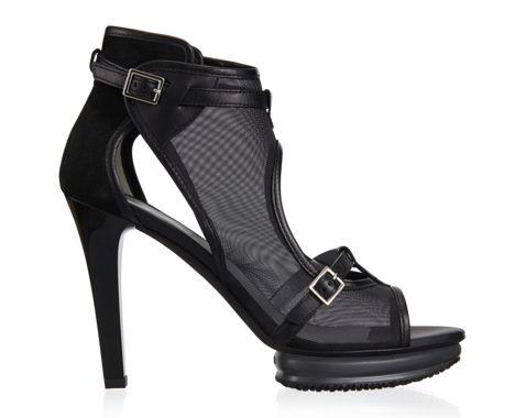 Sandale open-toe en tissu résille habillée d'un contrefort en suède, détails en cuir, brides devant et à la cheville, talon laqué et plateau en gomme. Elégance glamour.