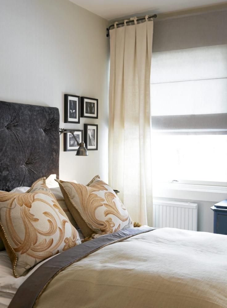 DUS DRØM: De store sengeputene er sydd av Lena,Tingström, ltdd.no, mens mønsteret er håndmalt av Robert Persson.Bomullsgardinene, sengeteppet og sengegavlen av fløyeler også fra ltdd.no.