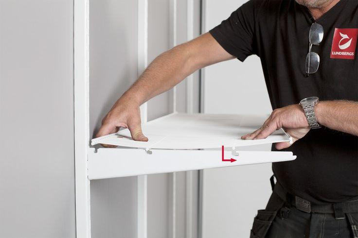Förvaringssystemet WIDE, Montering av trådhyllor i trådhyllskonsolen. Böj trådhylla försiktigt och därefter för den ner i respektive spår för att låsa fast den.