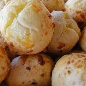 Pancitos de mandioca (chipá) Ingredientes: • 1/2 kg de harina de mandioca • 200 g de margarina • 6 yemas • 300 g de queso fresco cortado en dados • 1 cucharada de anís en grano • 1/2 taza de leche Procedimiento: 1- Distribuir la harina de mandioca previamente tamizada sobre la mesada en forma de corona. 2- En el centro colocar los ingredientes restantes, la margarina, las yemas, el queso fresco cortado en dados, y el anís... unir agregando la leche hasta que estén integrados. 3- Amasar ...