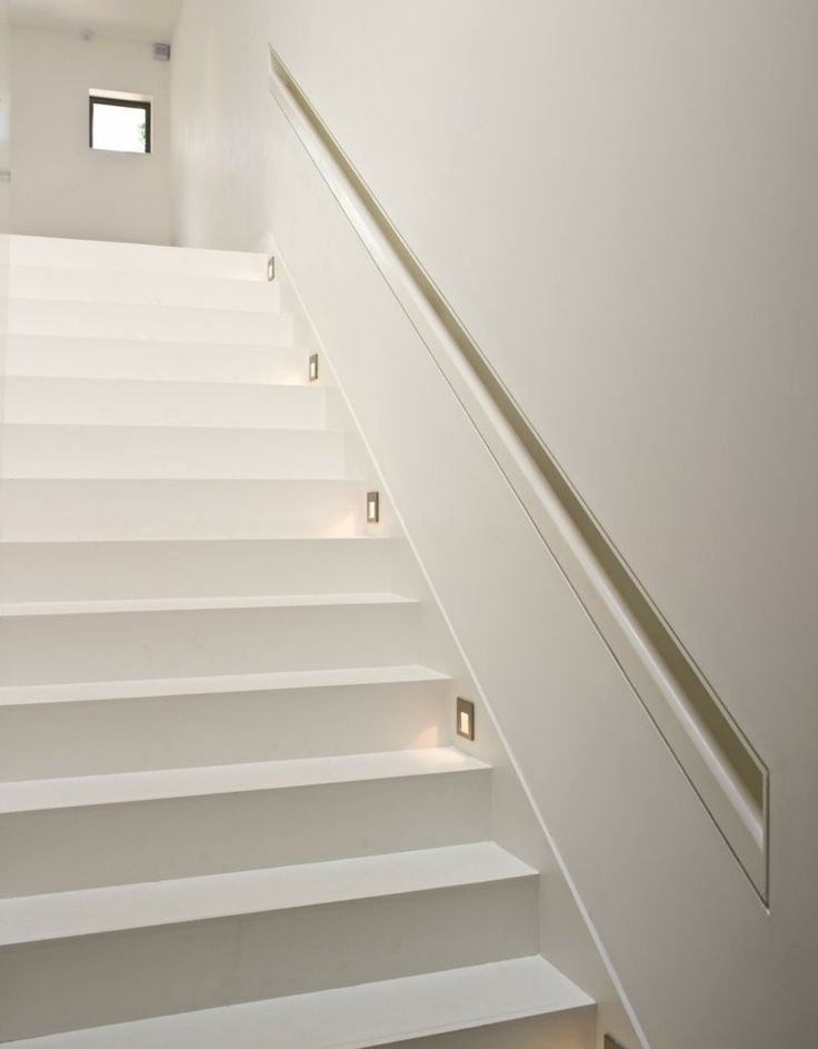 main courante escalier de design minimaliste complètment blanc