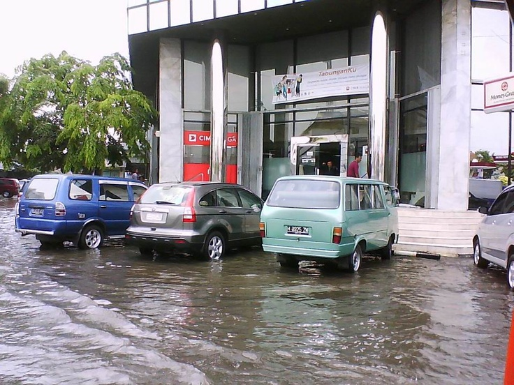 Frequent flood in some parts of lower Semarang, Central Java, is caused by the rising tides of the sea. Photographed, CIMB Niaga branch office near Johar market at around 10-11 am.