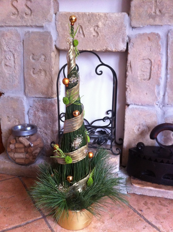 Horsetail cone with golden decoration as a Christmas centerpiece for a corporate event, but it is absolutely perfect for home too...