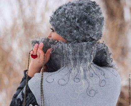 Купить или заказать шапка валяная' Морозные узоры' в интернет-магазине на Ярмарке Мастеров. Шапку такую хотела сделать давно,но всё как-то не хватало времени!Но тут замечательная девушка Оля заказала у меня жилет и сумку,и я решила эту всю красоту дополнить вот такой вот шапочкой! кудри ягнёнка создают фактуру каракуля!Брошь снегирь съёмная, при желании сможете украсить другой наряд! шапка очень мягкая,внутри трикотажная подкладка!