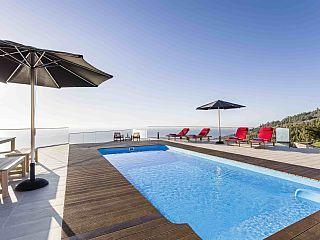 Moderne luxe villa met een fantastisch uitzicht, en een verwarmd zwembad met zout water