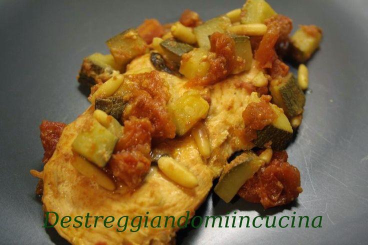 Destreggiandomi in cucina: Pollo alle verdure nel sacchetto #chicken #pollo #tomato #pomodoro #zucchina #zucchini #pinenuts #pinoli #basil #balsamicvinegar #aceto balsamico