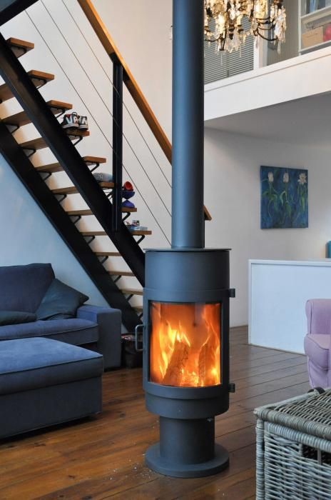 Moderne vrijstaande kachel, rond model, geplaatst in de woonkamer   Profires partner Jos Harm · inspiratie voor sfeerverwarming