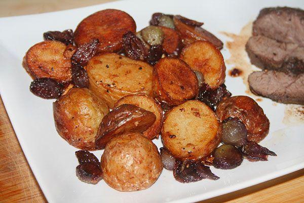 Жареный молодой картофель с карамелизированным луком в красном вине