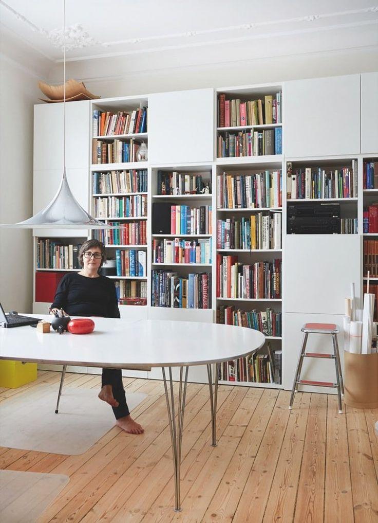 I sit hjem i hjertet af København har designer Lovorika Banovic indrettet sig med et miks af egne møbler, sin mands kunst og rejseminder hjembragt fra fjerne afkroge og eksotiske destinationer