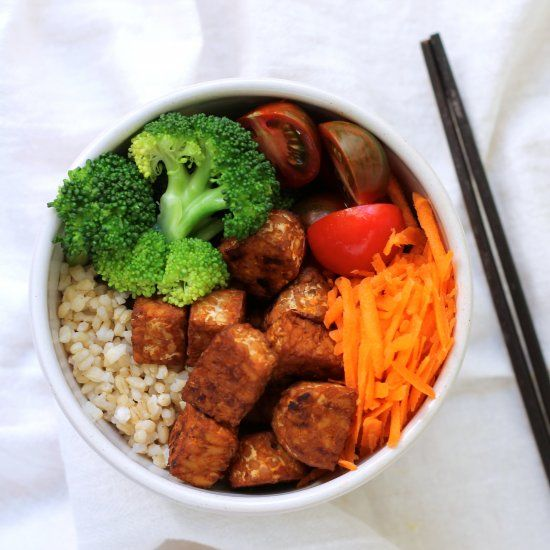 Baked Sriracha tempeh bowls! A quick and easy vegan meal that can be enjoyed as is or packed for lunches on the go.