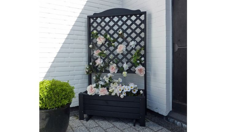 Der Pflanzkübel Holz Surgut wird aus der Kiefer und Fichte gefertigt. Der Pflanzkasten ist in der Farbe Anthrazit erhältlich. Ein schönes Highlight für den Garten, das Rankgitter kann mit schönen Kletterpflanzen gestaltet werden. Der Pflanzkasten inklusive Rankgitter misst 80 x 38 x 140 cm. Diese und weitere Pflanz- und Blumenkübel aus Holz finden Sie unter http://www.meingartenversand.de/pflanzkuebel/pflanzkuebel-holz.html
