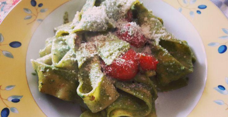 ricetta primaverile e sana pappardelle con pesto di ortiche e noci #vegetariano #pasta