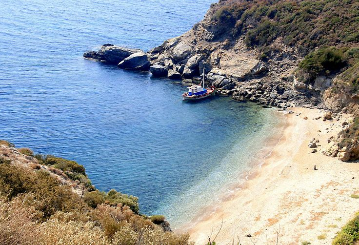 One of Samos' best kept secrets is Agios Ioannis beach, found within a small cove at the southwestern coast of the island, close to Marathokampos! It is a tiny, only 250 meters long, secluded pebbly beach, ideal for those preferring to swim and sunbathe almost alone. #samos #greek_island #sand #beach #aghios_ioannis #marathokampos #greece