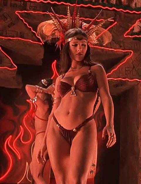 No estaba en el mar, sino en un tugurio de mala muerte. Aún así, Salma Hayek se puso el bikini en 'Abierto hasta el amanecer' (1996) para no pasar mucho calor en uno de los bailes más hot del cine moderno.