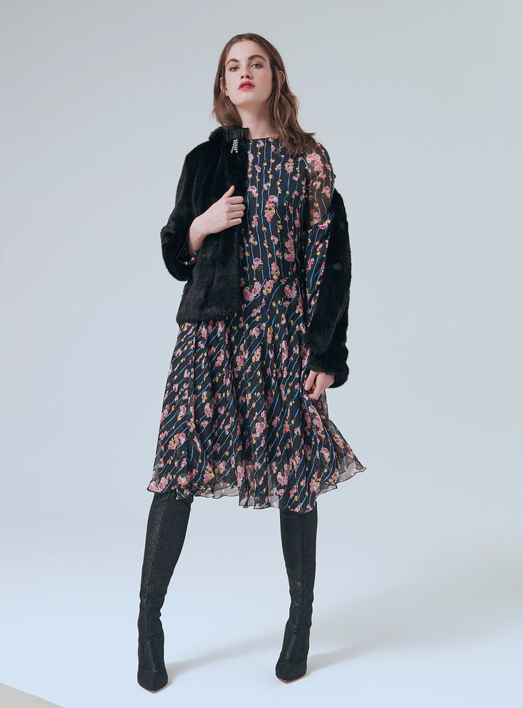 The complete Blumarine Pre-Fall 2018 fashion show now on Vogue Runway.