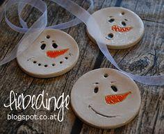 heute mal was süßes! zumindest zum ansehen! schaut mal. sind die nicht entzückend? schneemann anhänger aus keramik. ...(Diy Ornaments Clay)