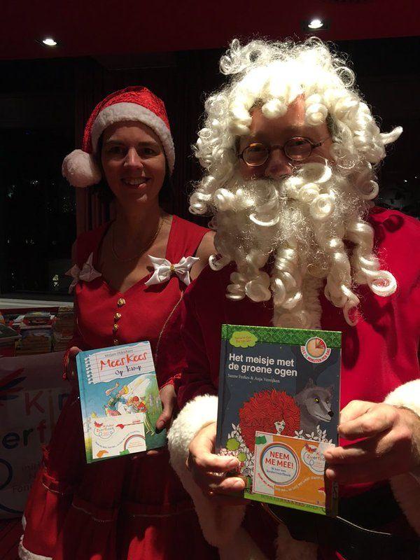De Kerstman is ook Fan van Kinderzwerfboek. Tijdens de inzameling actie van de Nederlandse bank liepen we hem tegen het lijf met een boekje in zijn hand (samen met De Kerstvrouw)