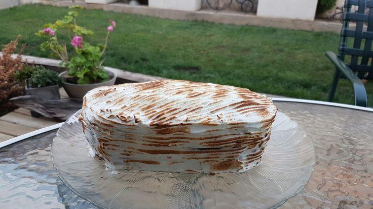 Torta de bizcocho de cacao amargo rellena de mermelada de frutilla sin azúcar y manjar sin azúcar. Decorada con merengue suizo.