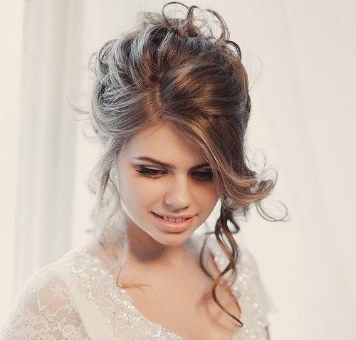 Losjes opgestoken lang haar bruidskapsel.