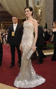 anne hathaway red carpet gown-