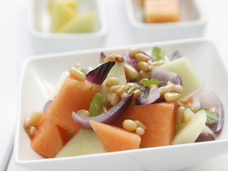 Melonen-Zwiebel-Salat mit Pinienkernen - smarter - Zeit: 20 Min.   eatsmarter.de