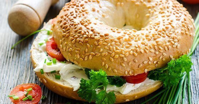 15 recettes de bagels et hot dogs gourmands - Bagels de petit déjeuner aux œufs brouillés, bacon et Vache qui rit® - Cuisine AZ