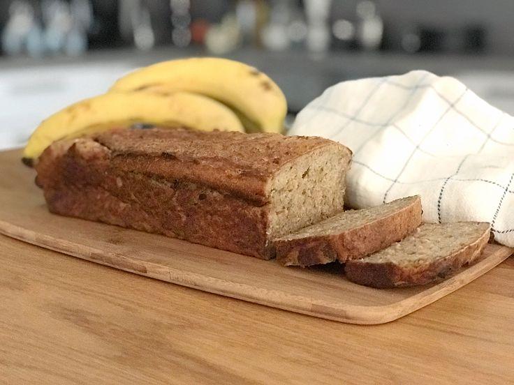 Glutenfritt bananbröd är ett filmjölksbröd med banan som är perfekt att baka om du har några övermogna bananer liggande hemma. Bananerna ger saftighet, sötma och god smak till brödet....