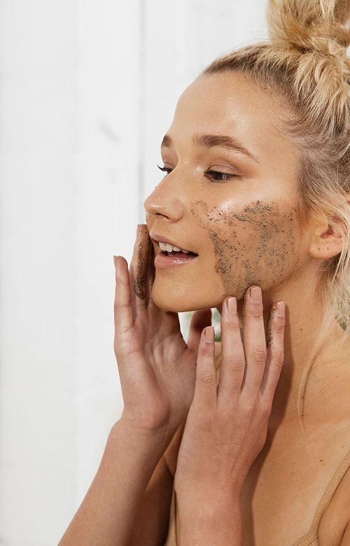 Απολέπιση προσώπου: Κάθε πότε να κάνεις και το σούπερ diy scrub με βρόμη και λεμόνι