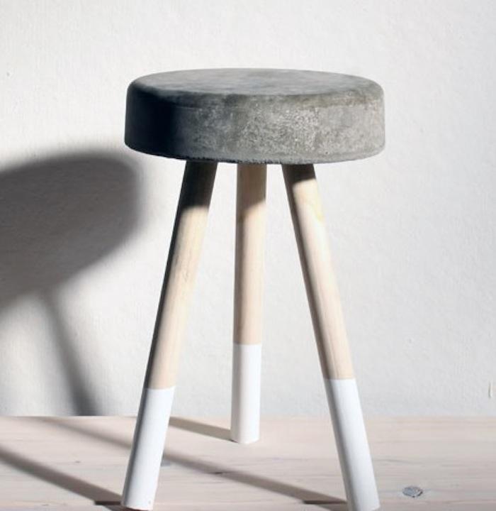 Hocker selbstgemacht mit Zement, Holz und Lack