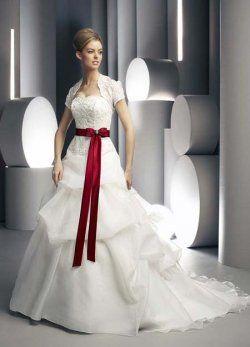 broder sans bretelles avec Red Sash plissés des robes de mariée de couleur