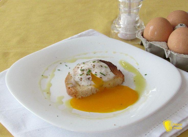 Uova in camicia al microonde, ricetta veloce. Come preparare le uova in camicia usando il forno a microonde, consigli e i trucchi per un tuorlo liquido