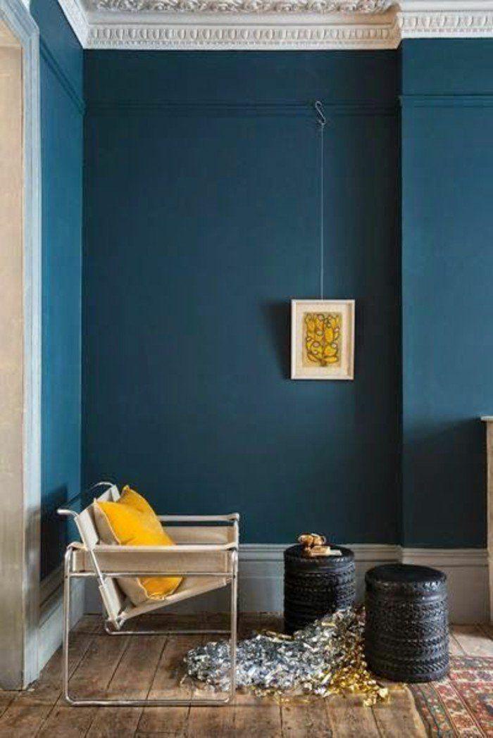 idée déco pas cher appartement, mur en bleu foncé, sol en planchers