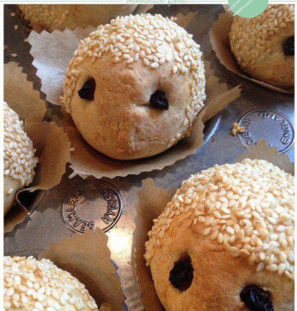 Op een zondagmiddag maakte ik deze vrolijke broodegeltjes voor mijn kinderen. De kleine broodjes waren zowel qua smaak als qua uitstraling meteen een succes. Ook via de MoodKids Facebook page kwamen er op mijn foto veel leuke reacties binnen. Hierbij dus het recept om zelf, of nog leuker, samen...