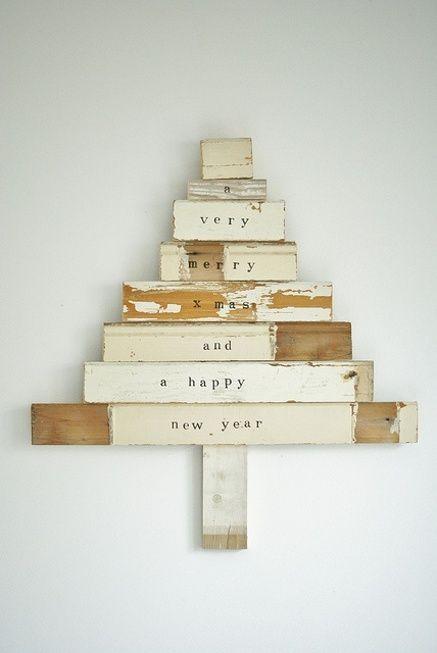 En bois recyclé et avec des lettres imprimées = effet nordique et sophistiqué. Blog Déco nordique - Fabriquer votre sapin de Noël en bois recyclé - DIY