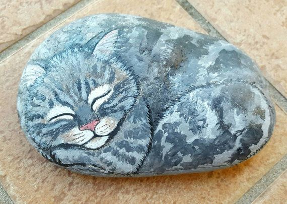 Rock River hand painted with Acrylic colors and finished with clear lacquer depicting a grey cat tortoiseshell. Its a piece I really care about as it is a portrait of my cat Morgana. Dimensions: 14 cm x 9 cm Weight: 0.6 kg