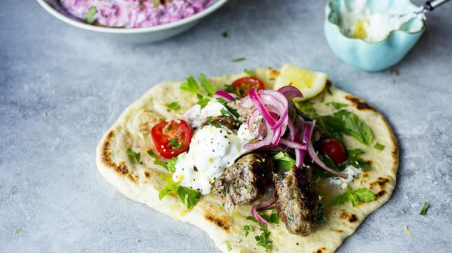 -Grillede Greske Kjøttboller med Marinert Rødløk- greek Keftedes with marinated red onion - perfect served on Skillet Flatbread with Beet Tzatziki, Greek Salad with Watermelon and Halloumi cheese