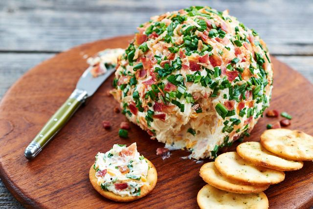 Voici une recette qui pourrait facilement devenir un classique de vos réceptions. Garnie de miettes de bacon et de tranches d'oignon vert, cette boule crémeuse plaira à tous vos invités!