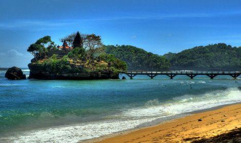 Balekambang: Vlak voor de kust van Oost-Java liggen een paar eilandjes. Een daarvan is het eilandje Ismoyo dat op de foto te zien is. Via een bruggetje vanaf het strand kun je Ismoyo bereiken, waar een hindoeïstisch tempeltje staat. Elk jaar wordt bij het tempeltje het Melasti-feest gevierd, dat drie dagen voor het hindoeïstisch nieuwjaar plaatsvindt. De dichtstbijzijnde grote stad is Malang, vanaf daar is het 60 kilometer rijden naar het strand van Balekambang.