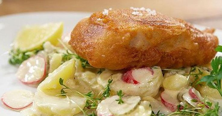Kartoffeln gründlich waschen und 20 Minuten in kochendem Salzwasser garen. Zwiebel fein würfeln und im Olivenöl glasig dünsten. Gemüsebrühe und Essig zugeben, erhitzen und mit Salz und Pfeffer würzen. Kartoffeln pellen und in Scheiben...