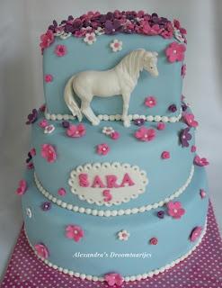 This Horse cake I made for a girls birthday. She likes light blue and pink. For the horse I used a first impressions mold. Deze paarden taart heb ik gemaakt voor een meisje die 5 jaar werd. Zij houdt van de kleuren blauw, roze en paars. Om het paard te maken heb ik gebruik gemaakt van een malletje van First impressions