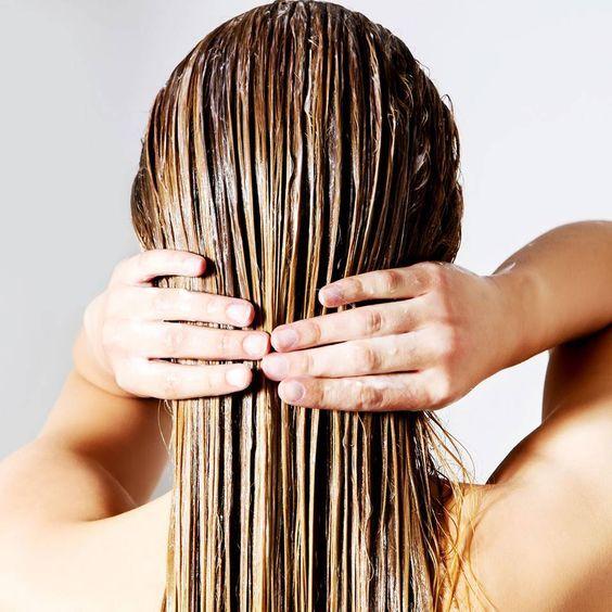 """Haarkur selber machen - die 5 besten Rezepte - """"Einfach mal in den Kühlschrank schauen, denn dort gibt es nützliche Zutaten für DIY-Haarkuren. Wir zeigen, die 5 besten Rezepte für eine glänzende Traummähne."""""""