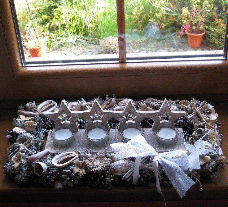 Každým rokem advent Větší adventní dekorace-proutěný věnec do tvaruobdélníku, dozdobený sušinou, přízdobami, uvnitř propletené dno s vloženým dřevěným svícnem s patinou a čajovými svíčkami. Dekorace vhodná i na okenní parapety.Rozměr 47 cm x 23 cm.