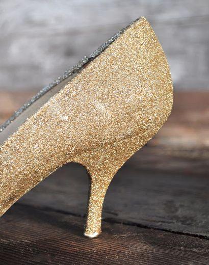 Siguiendo con nuestros DIY hoy vamos a compartir con vosotros uno que nos ha encantado, se trata de crear nuestros propios zapatos glitter, zapatos brillantes con purpurina. Siempre que me encuentr…