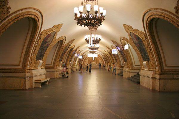 Surpreendente: sim, o metrô de Moscow parece um verdadeiro palácio subterrâneo! Eis a Estação Kievskaya, operante desde 1935.