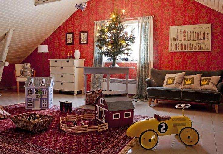 Poikien huoneessa on tilaa leikkiä. Heidi on laittanut pienen joulukuusen pöydälle tunnelman tuojaksi. Vanha sohva on hankittu Huuto.netistä, tyynyt Heidi on tehnyt itse.