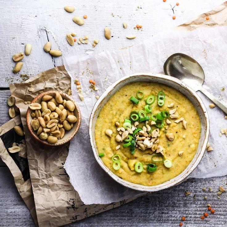 Diese würzige Erdnuss Linsensuppe ist nicht nur vegan, sondern auch noch echt gesund! Im Nu auf dem Tisch und super lecker.