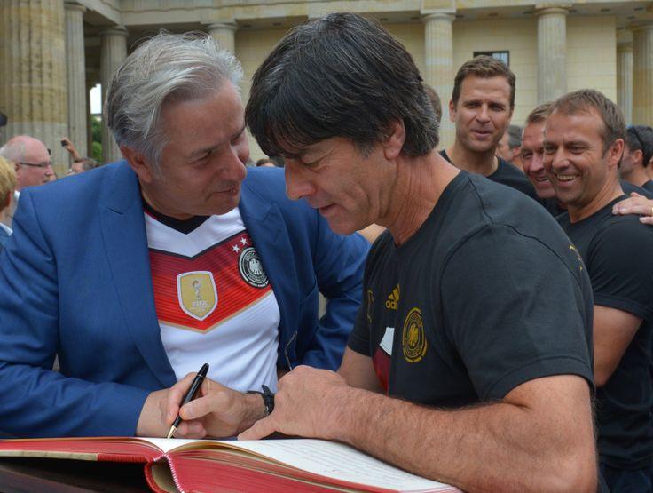 Bundestrainer Joachim Löw (r.) trägt sich in das Gästebuch von Berlin ein. (Bild: Landesarchiv Berlin)