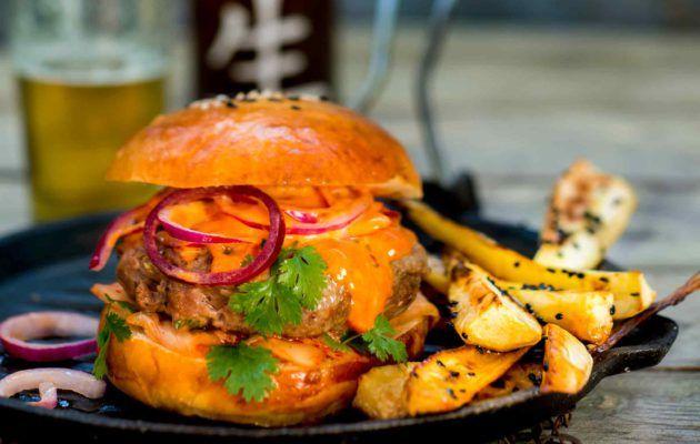 Korealaisen burgerin pihvi on tuhdisti maustettu. Lisukkeena on uunissa paistettuja ja seesaminsiemenillä maustettuja palsternakkalohkoja.