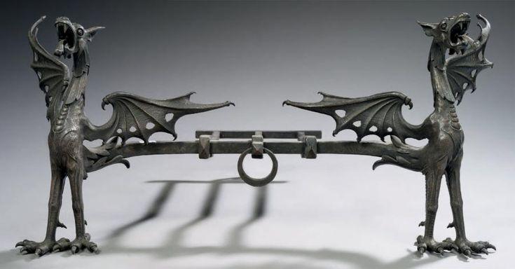 paire de chenets en fer forg d cor de dragons soutenant la barre de foyer ces chenets. Black Bedroom Furniture Sets. Home Design Ideas